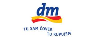 dm-logo-sa-konturom-i-sloganom